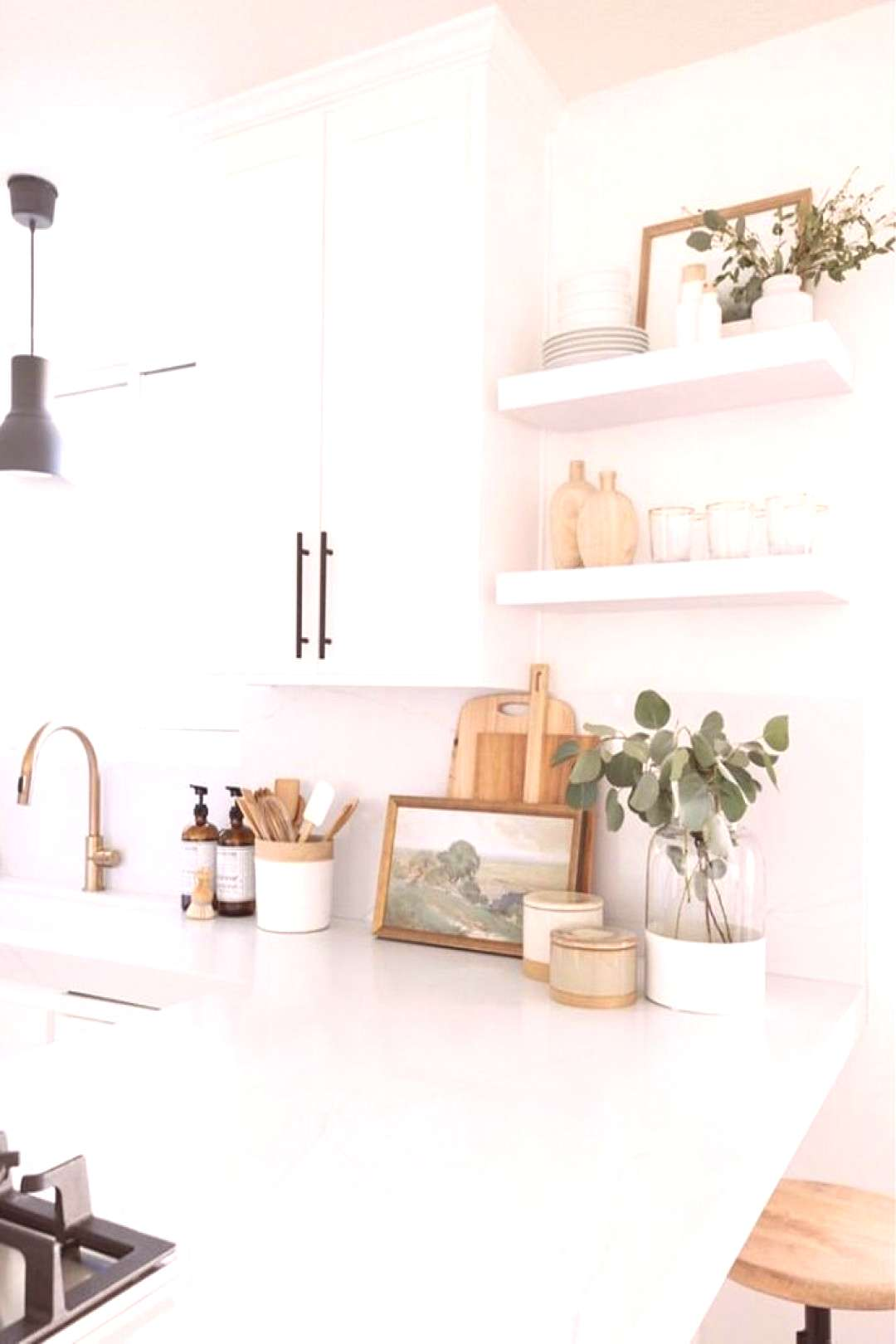 cottage kitchen design, white kitchen with white kitchen cabinets and marble cou...#cabinets
