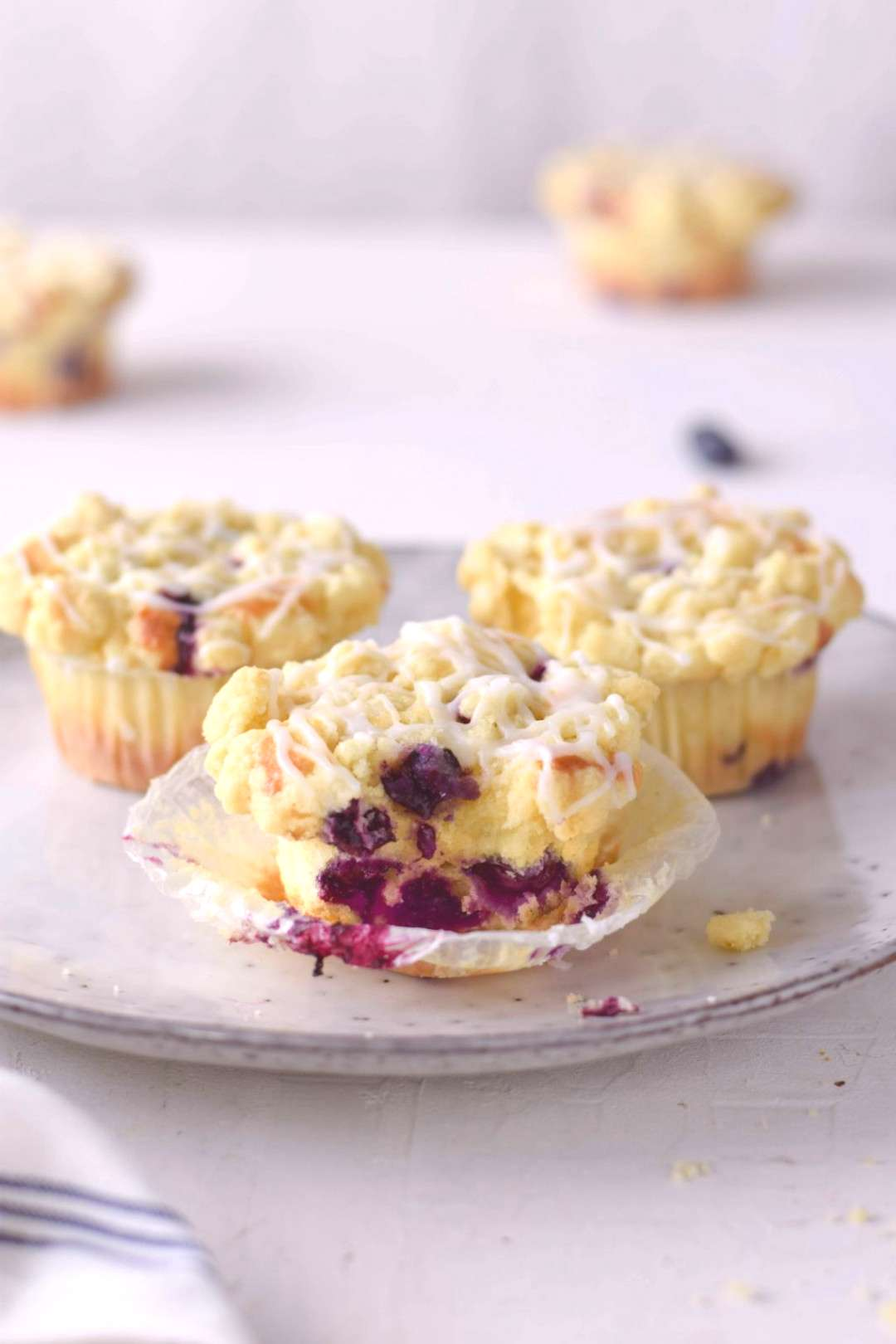 Juicy blueberry crumble muffins - cakes for the office#blueberry