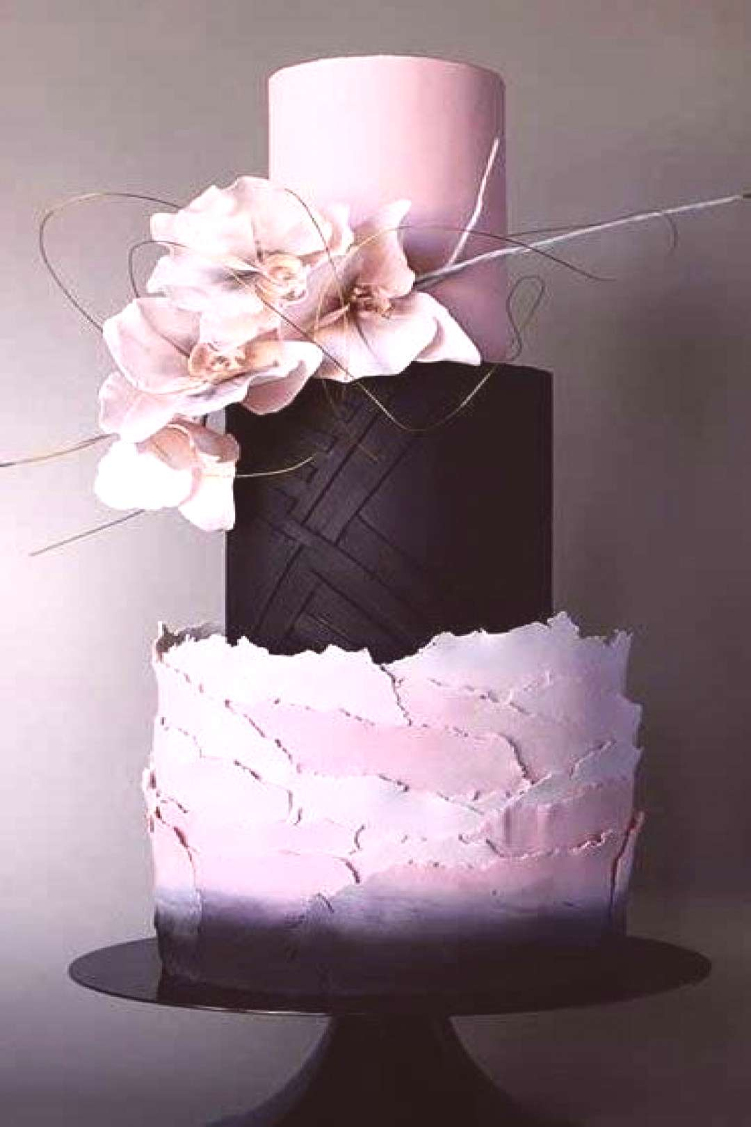 The new wedding cakes of this year are breathtaking! From sculptural to simple, here are the 14 lat