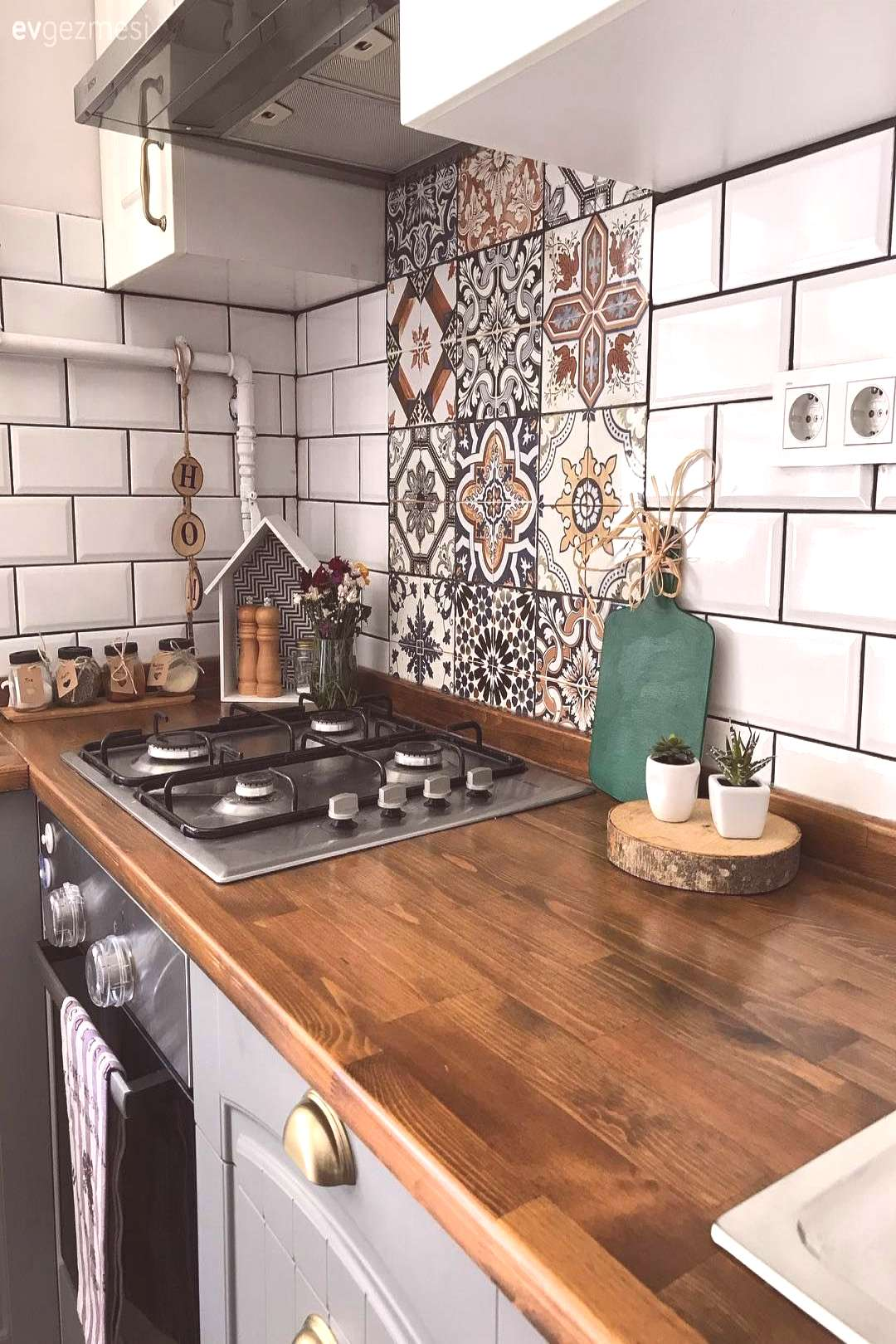 Wooden bench in gray and white cabinets. Rustic cuisine of the lady. | House Trip - Built-in, Tile
